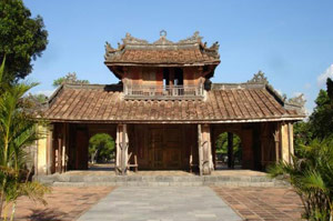 how to get from danang airport to hue