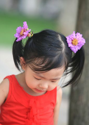 The little girl with braids of flowers