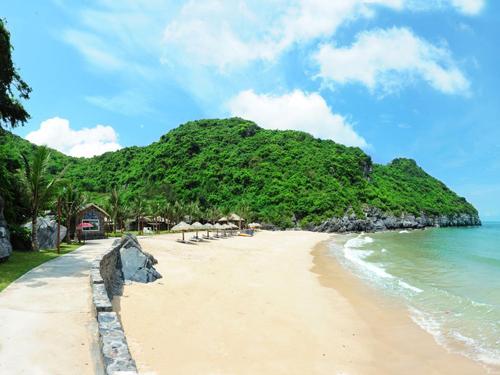 Beautiful beaches in Cat Ba